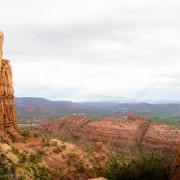 Mann auf rotem Fels Kopie